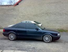 Audi 90 s instalovanymi protislunecnimi autofoliemi Llumar na autosklo AT5,15